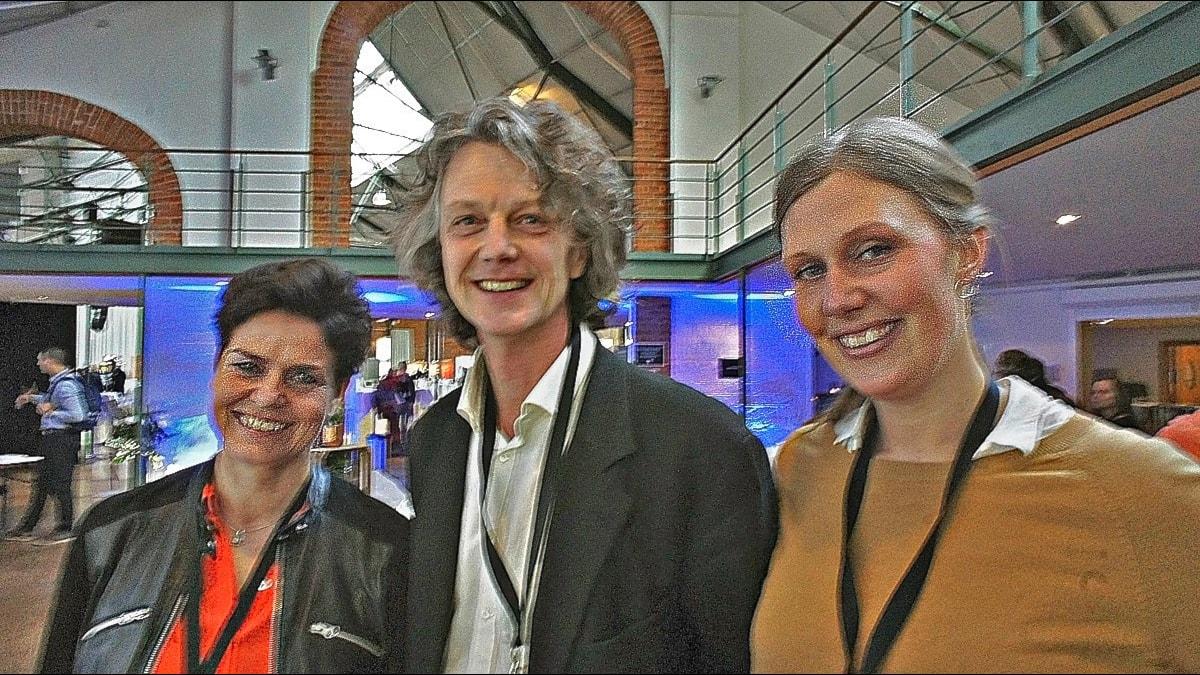 De tre forskarna i en stor lokal