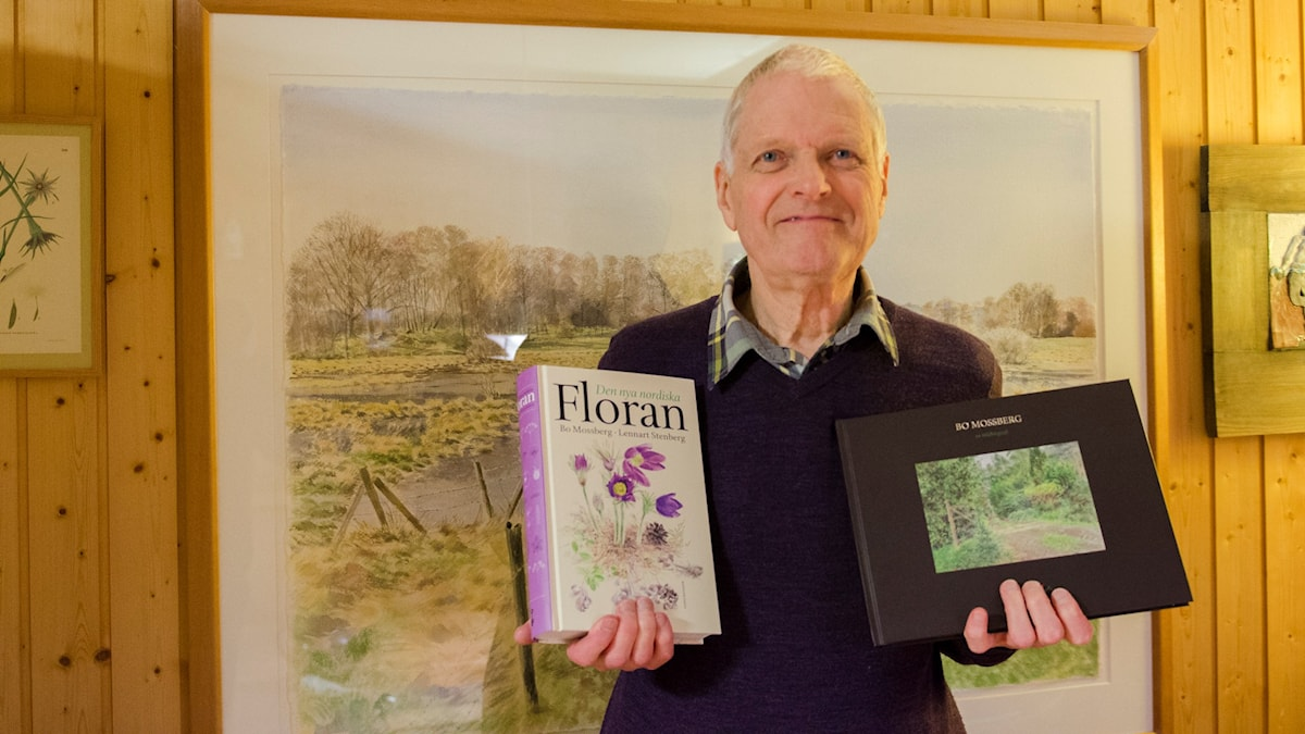 Bo Mossberg visar upp två böcker