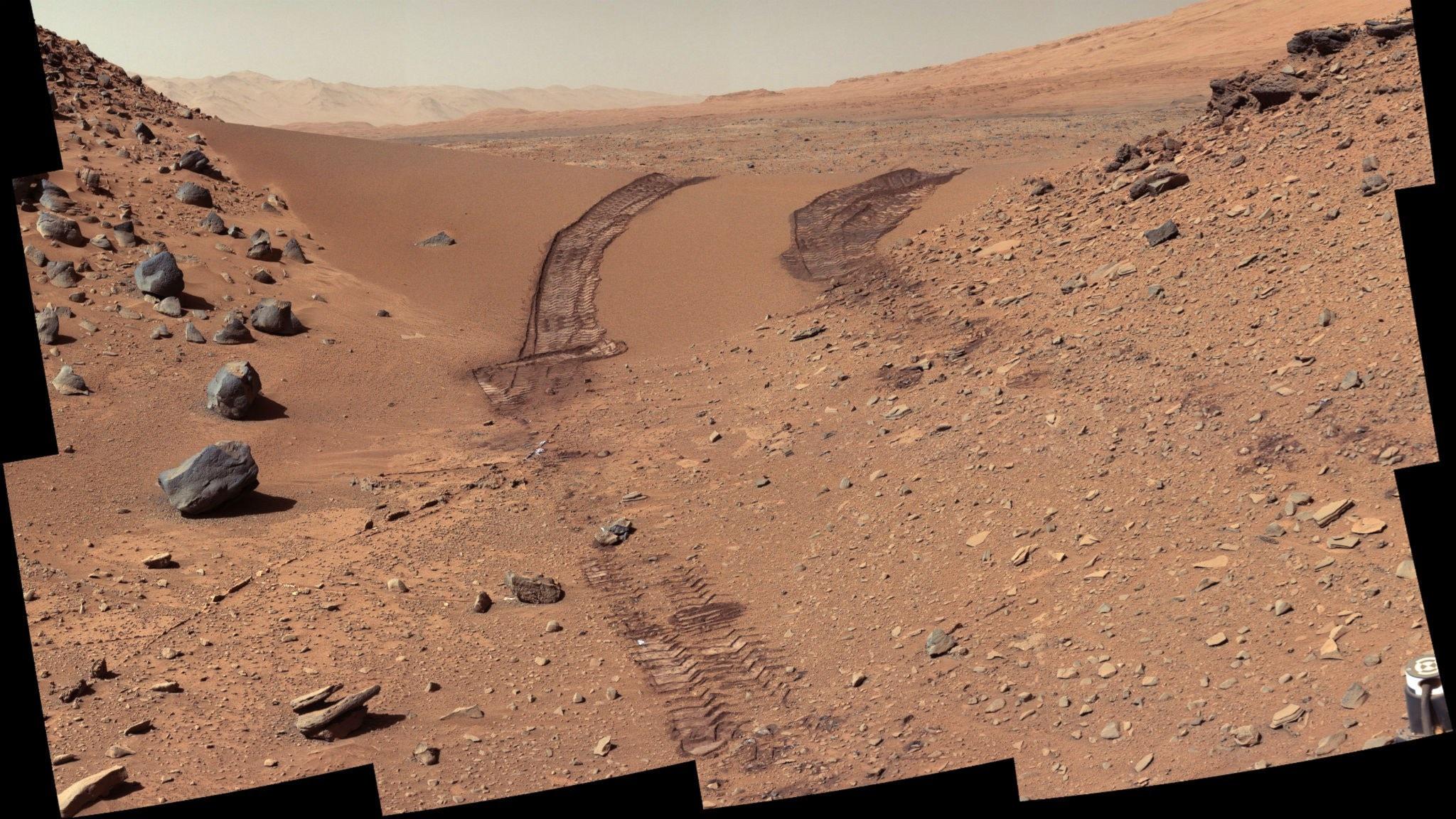 Hjulspår i grusig miljö på Mars