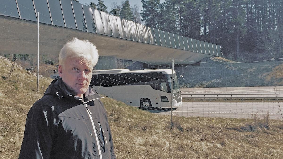 Anders Sjölund vid en bro
