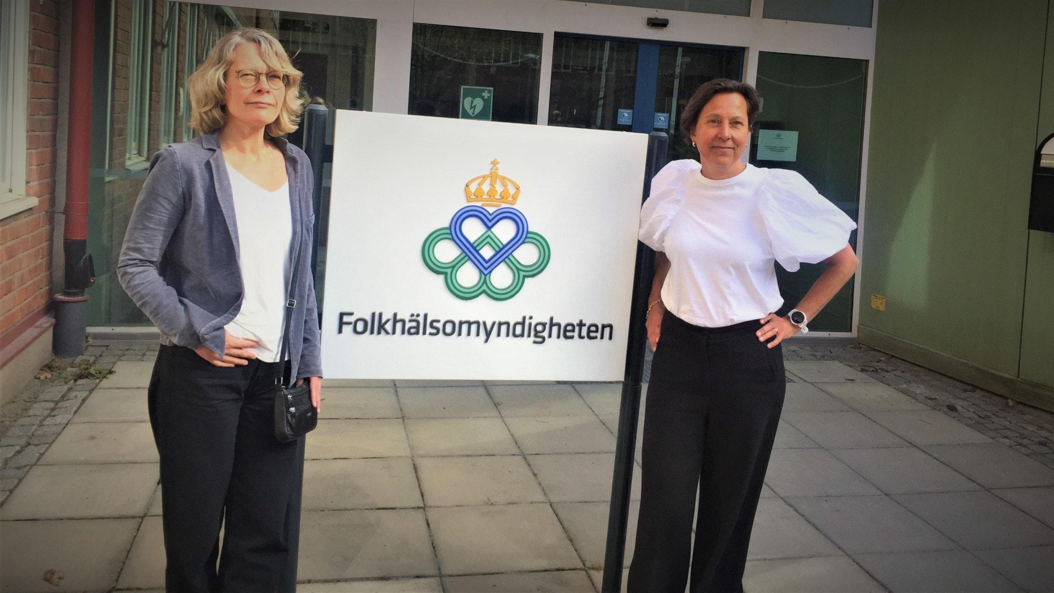 Analyschef Lisa Brouwers och epidemiolog Maria Axelsson utanför Folkhälsomyndigheten i Solna.