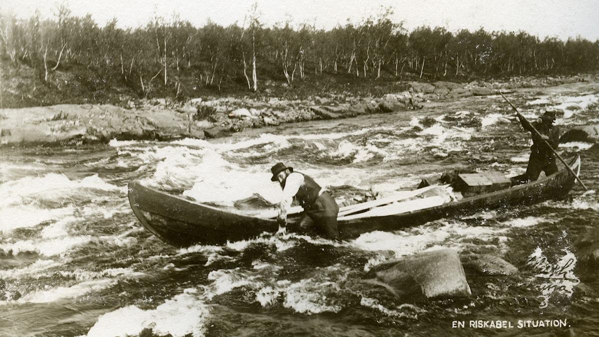 gammal bild på kanotliknande båt