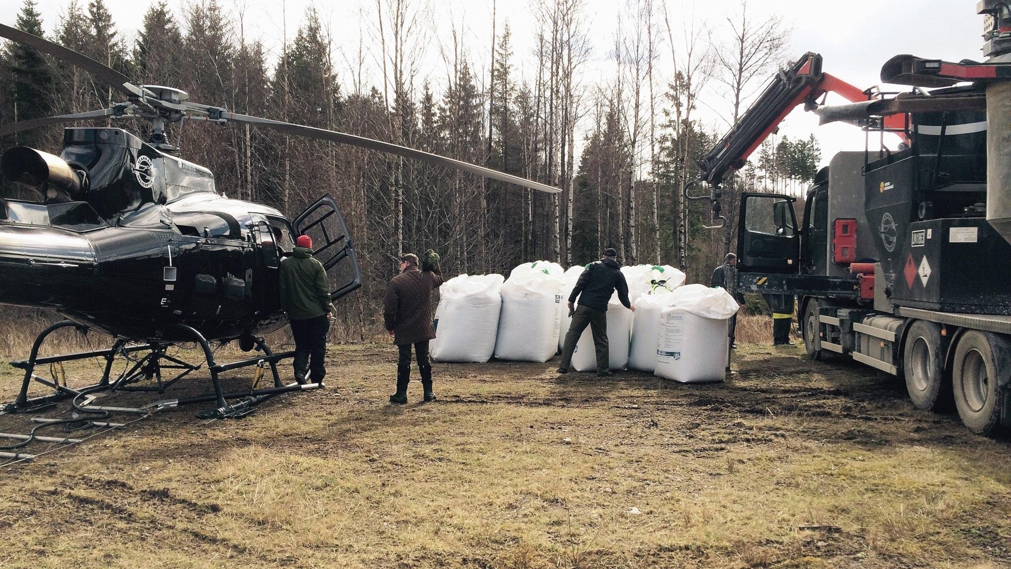 traktor och gödsel bredvid  helikopter