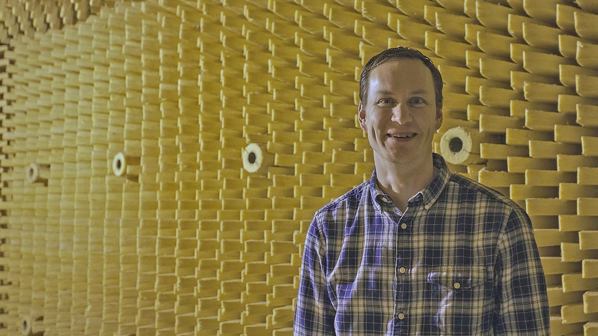 Arne Nykänen i ett gult rum