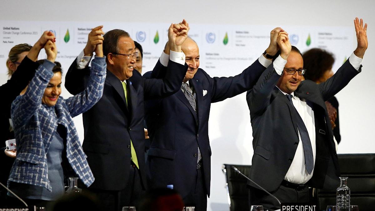 Fn:s representanter och franska delegater håller händer