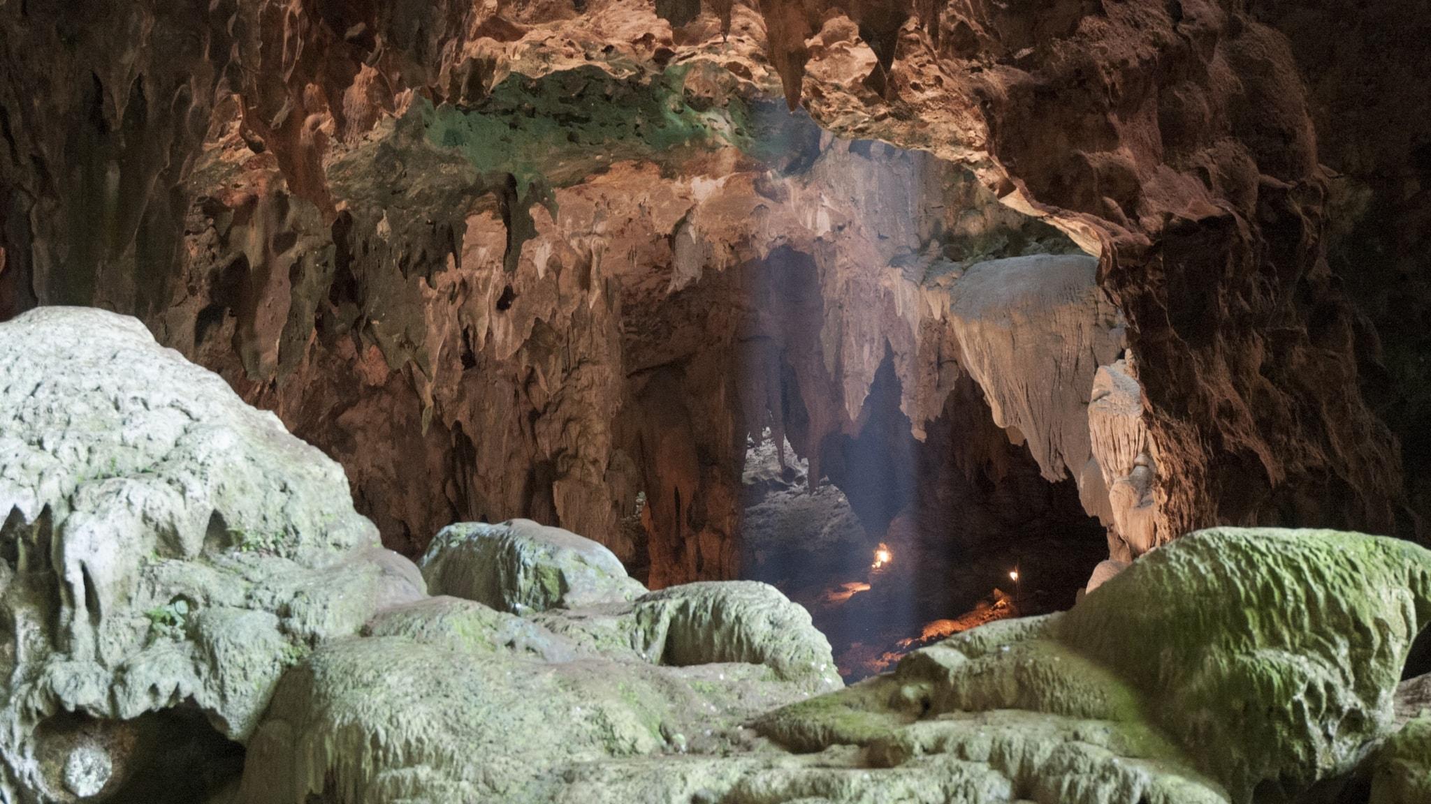 En otillgänglig grotta med stenig mark och tak med vassa utstickande stenar