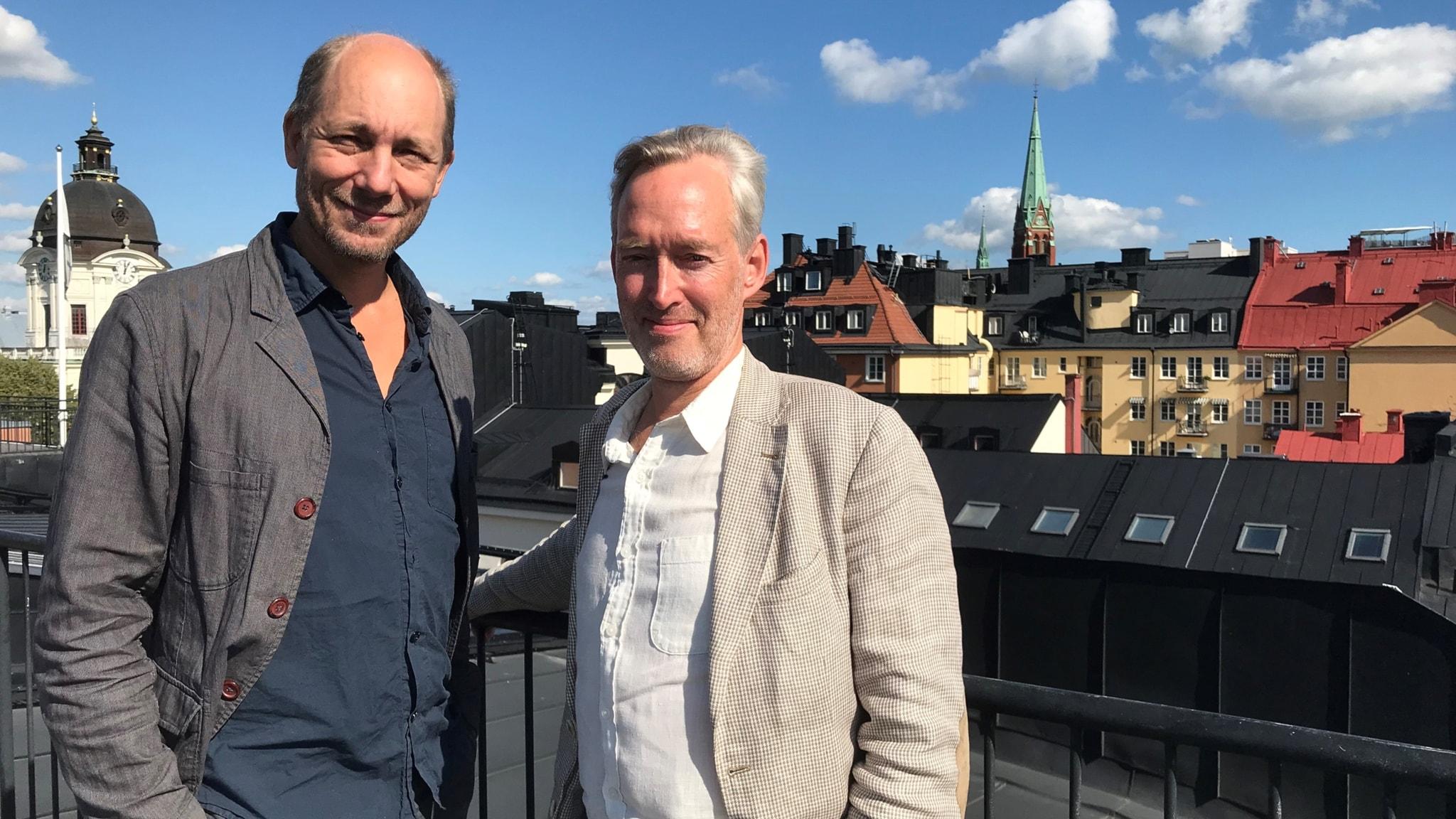 Ludvig Beckman ochGustaf Arrhenius på taket till Institutet för framtidsstudier, med utsikt över Stockholms takåsar.