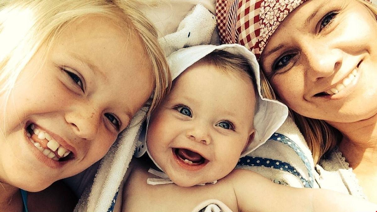 Katarina Sundberg med två barn