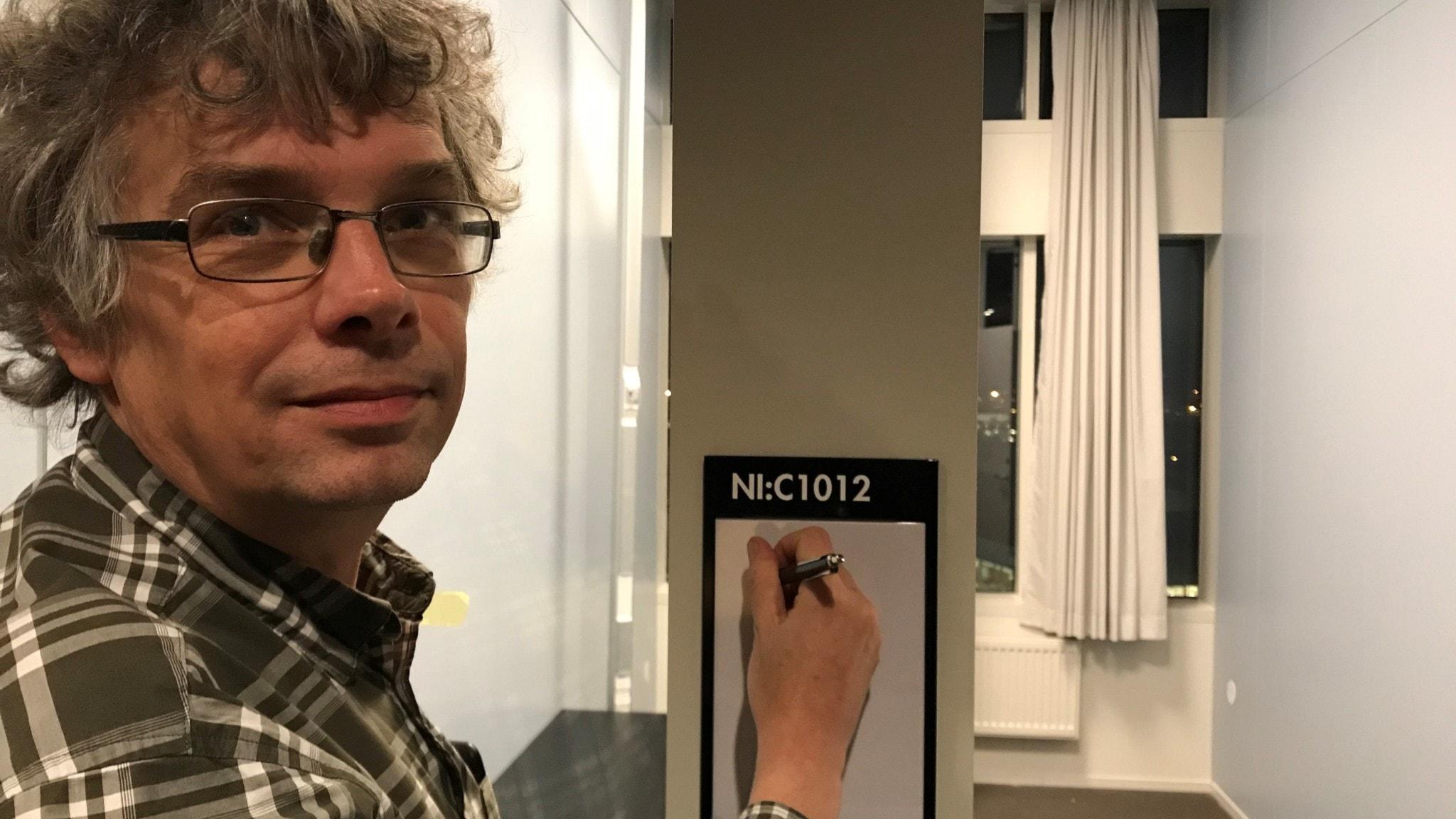 Patrik Hall bokar in ett möte i en bokningskalender