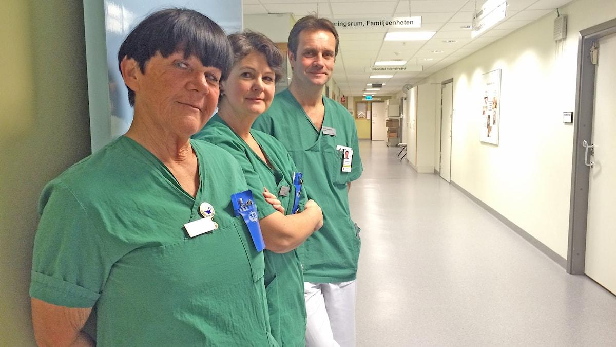 På rad i  sjukhuskorridor