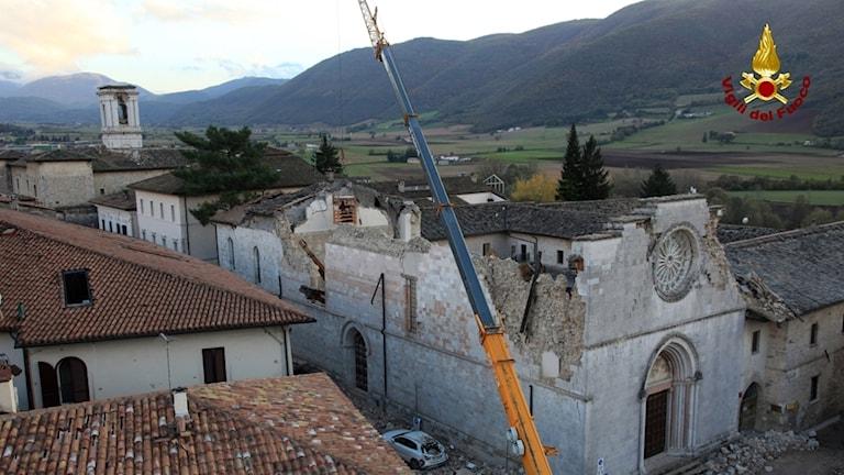 Italiensk räddningstjänst undersöker skador