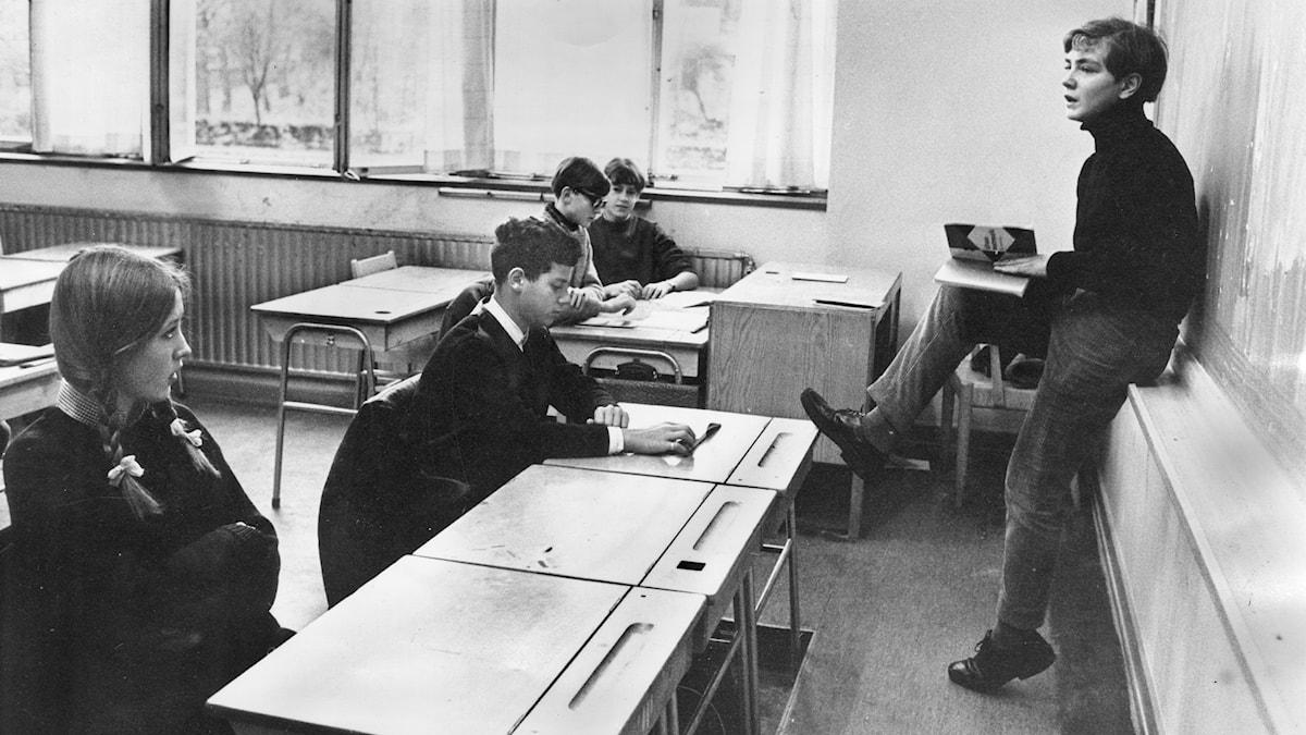 Undervisning med skolledare vid katedern.