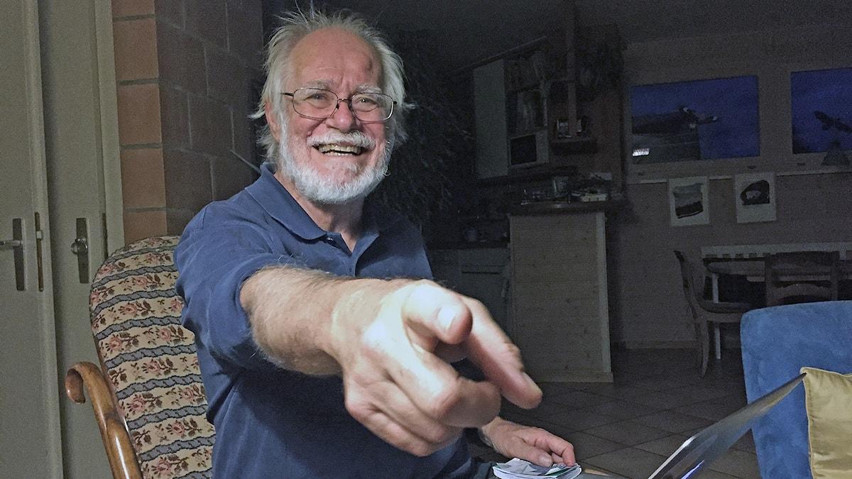 Dubochet pekar mot kameran och ler