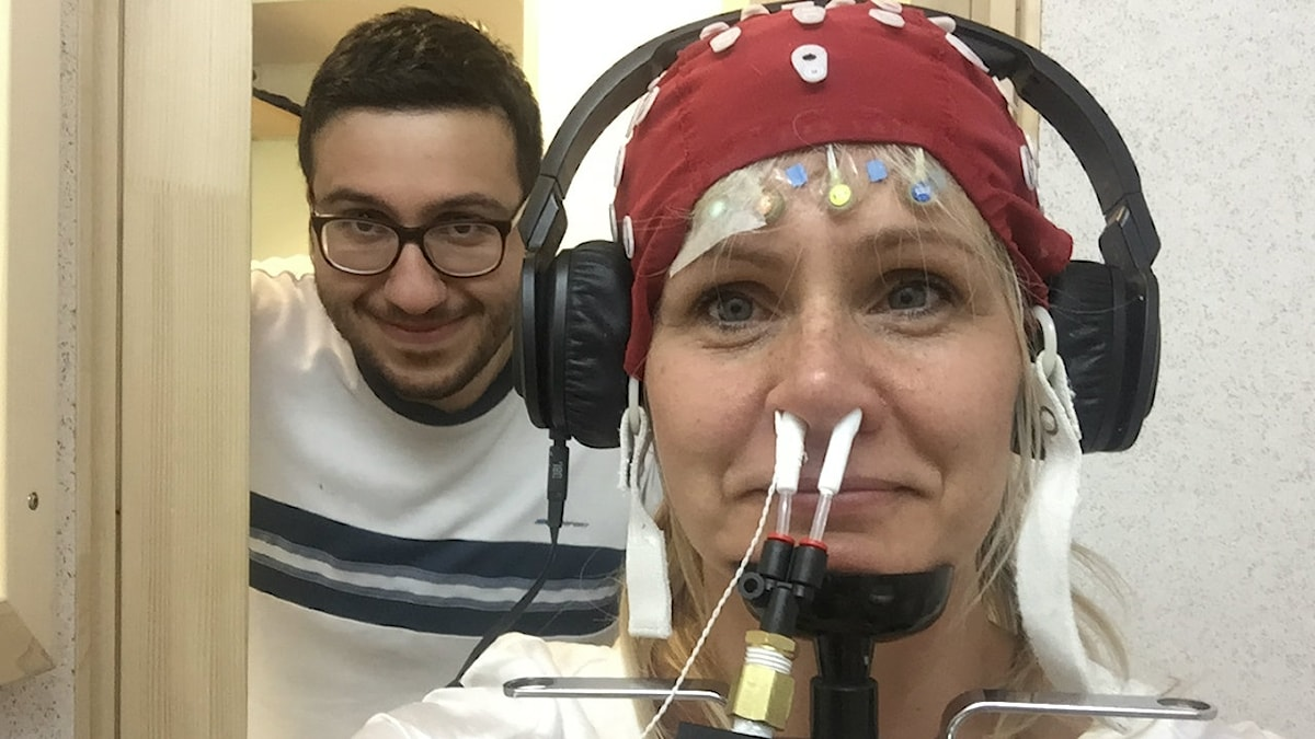 Katarina Sundberg med rör i näsborrarna och elektroder på huvudet