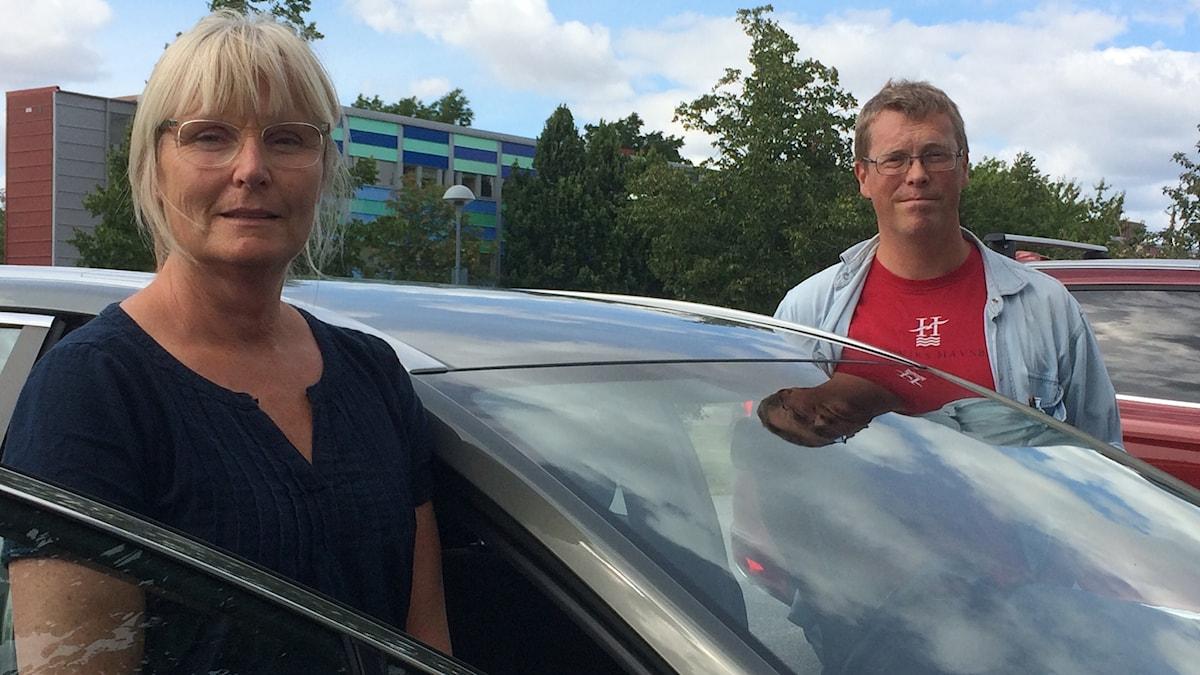 forskarna Anna Anund och Björn Lidestam på varsin sida av en bil