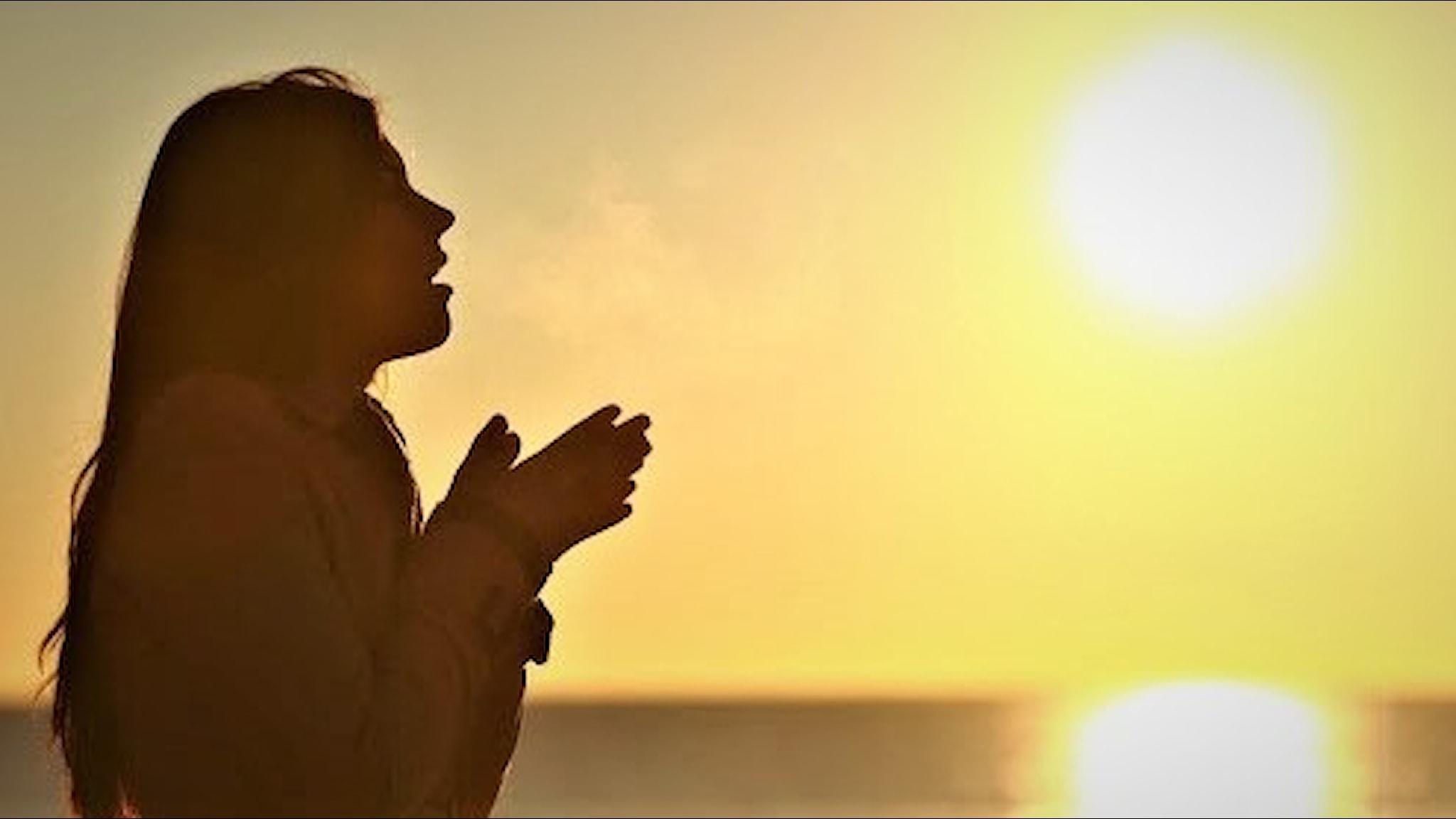 kvinna står i profil i solsken