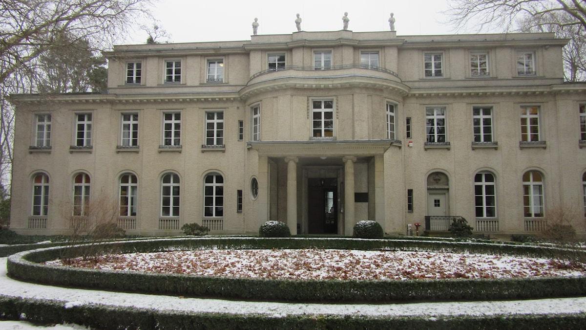 Stor herrgårdsliknande villa med många fönster