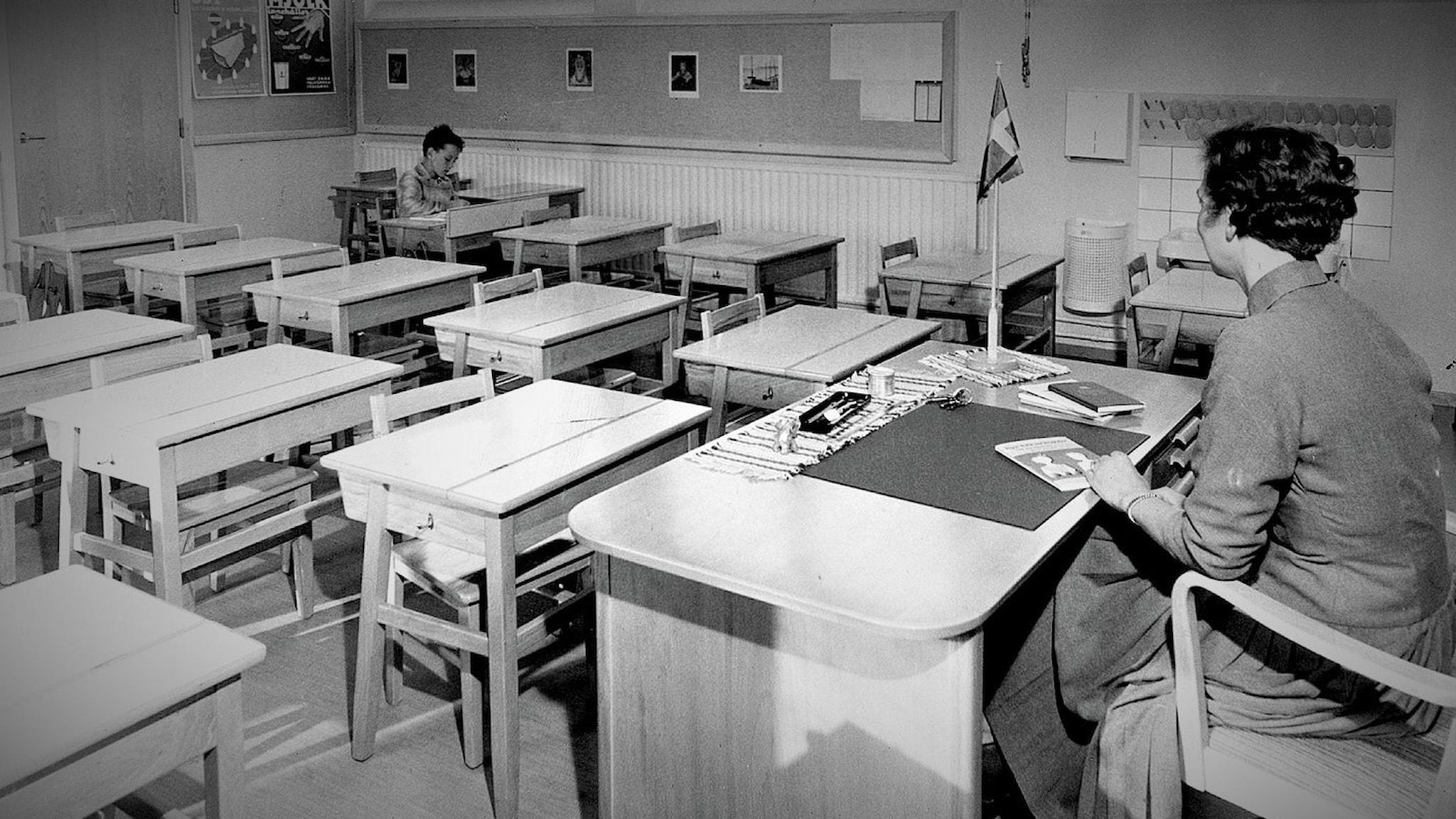 Lärare ensam i klassrummet med en elev