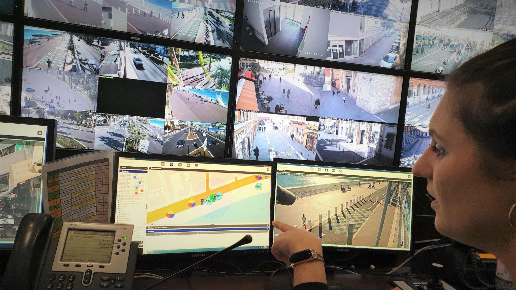 Polis vid övervakningsskärmar i Nice