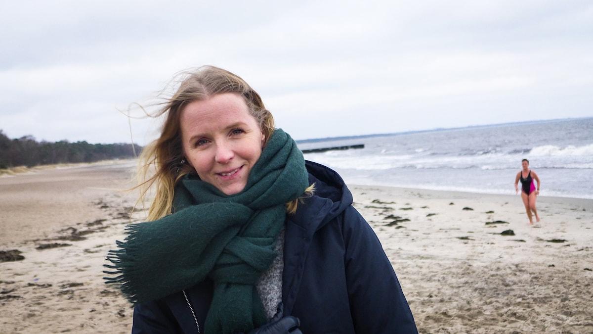 Mona Ohlsson Skoog på stranden