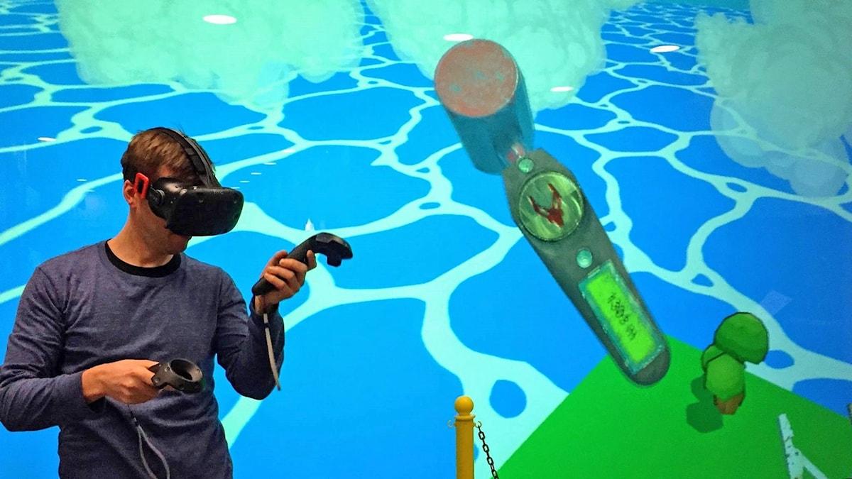 Man spelar VR