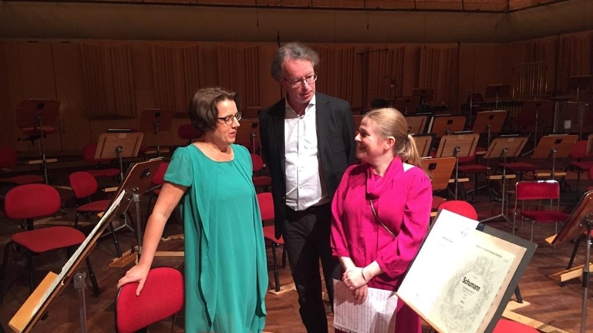 Camilla Widebeck, Fredrik Ullén och Britta Byström i orkesterdiket