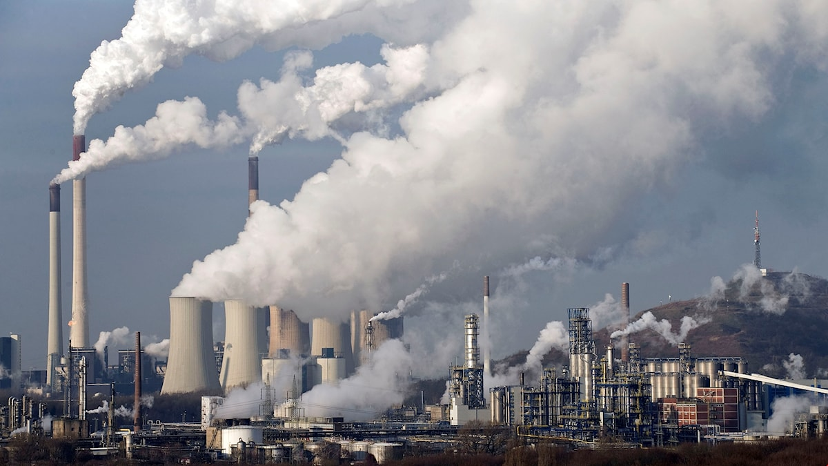 Kolfabrik där rök väller ut från skorstenar