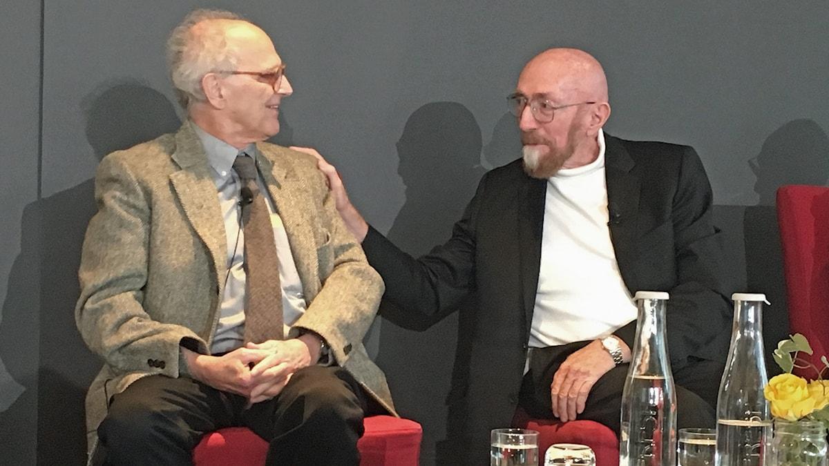Kip Thorne lägger handen på Rainer Weiss axel.