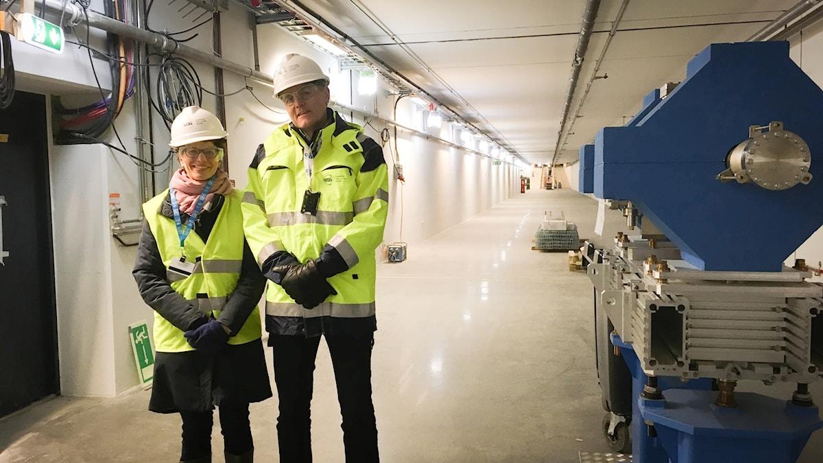 Julia Öberg, pressansvarig, och Peter Jacobsson, säkerhetsansvarig, i acceleratortunneln.