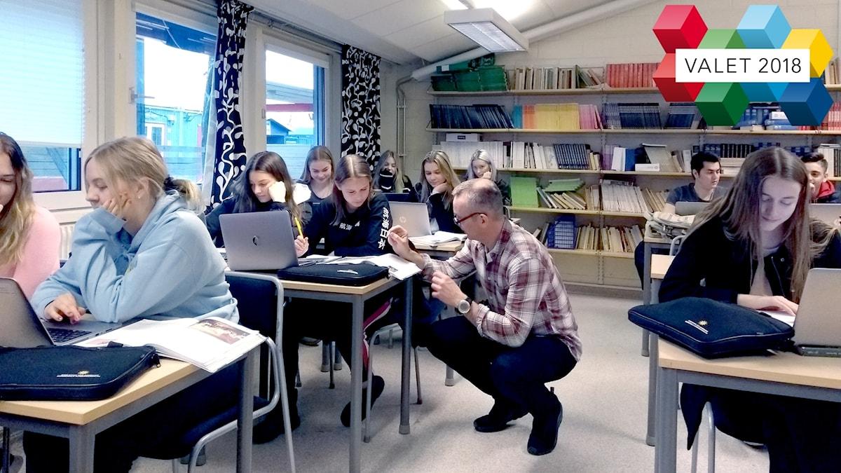En lärare i ett klassrum.