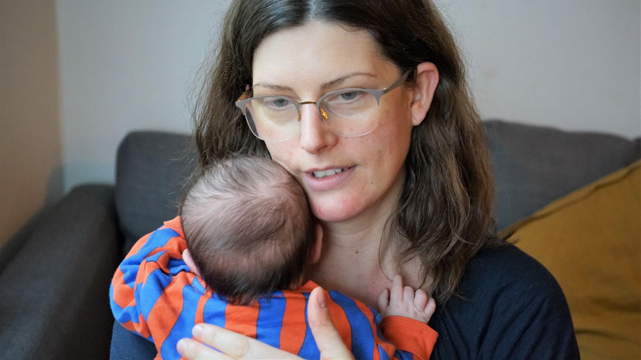 Sofia Sjölin, med sin fem veckor gamla dotter.