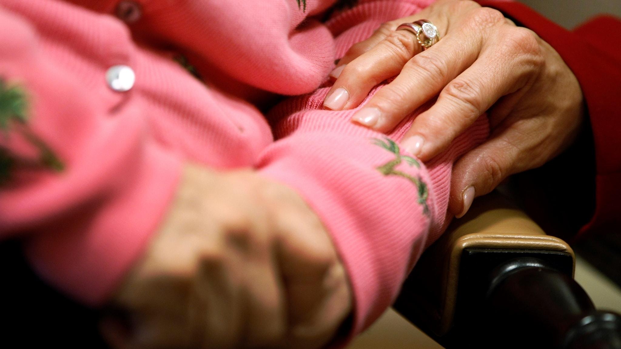 äldre kvinnas händer