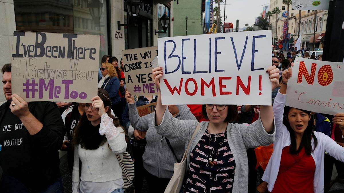 kvinnor med me too-plakat