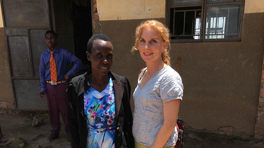 En mörkhyad och en ljushyad kvinna