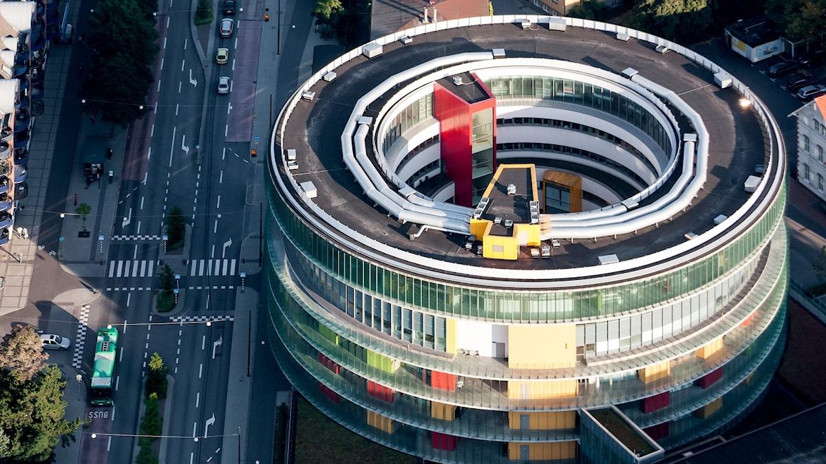 flygfoto över rund byggnad i olika färger