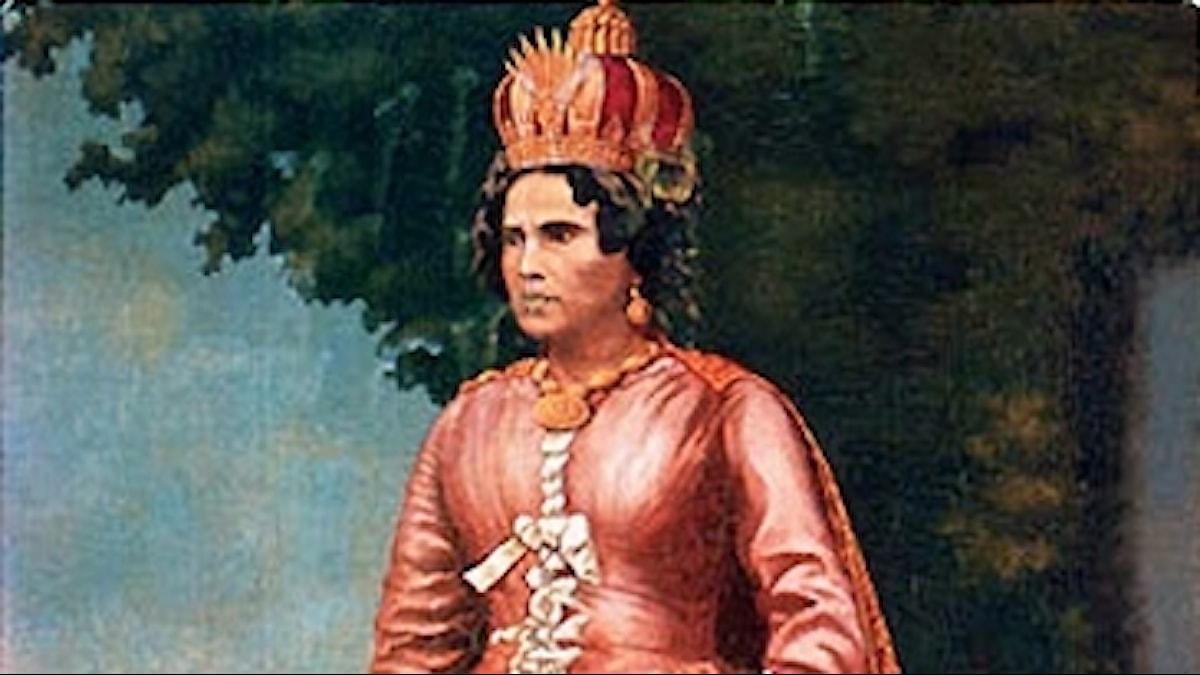 Ranavalona i rosa dräkt och krona