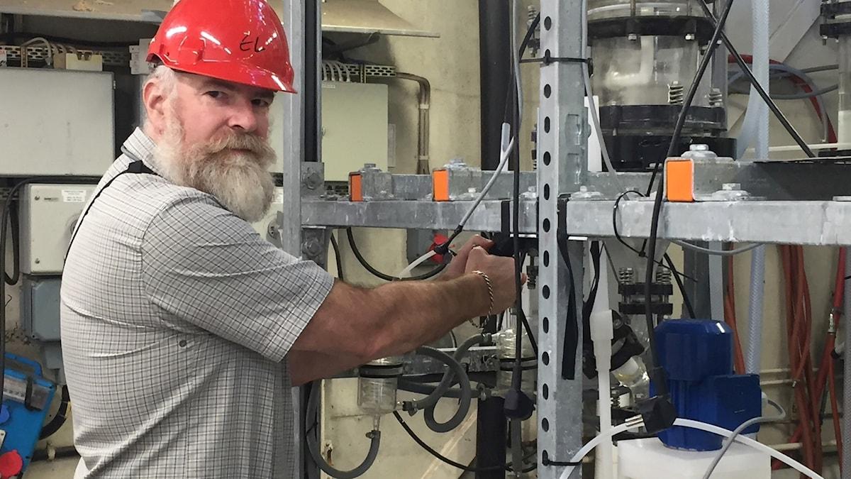 Professor Christian Ekberg visar hur man kan återvinna metallen litium ur batterier i Chalmers testanläggning.