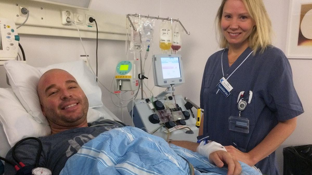 Morgan i sjukhussäng, sjuksköterska Titti står bredvid