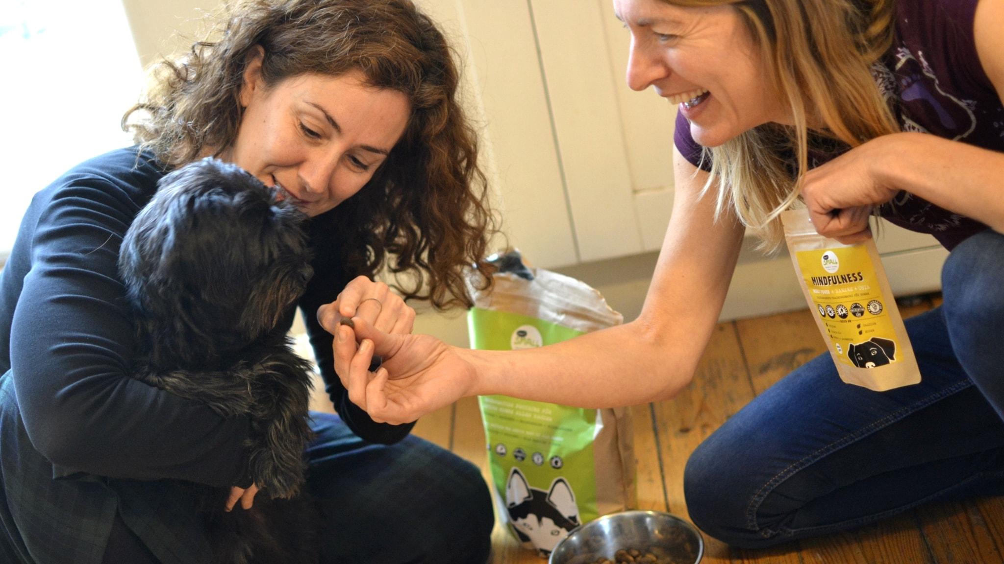 Veronique Glorieux och Gema Aparicio med hunden Coco.