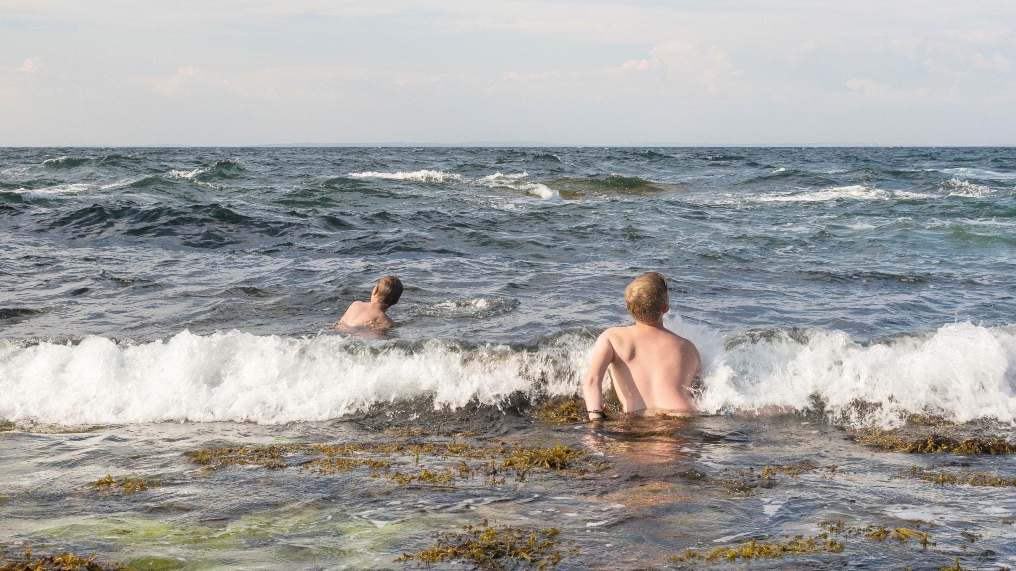 Barn badar i hav