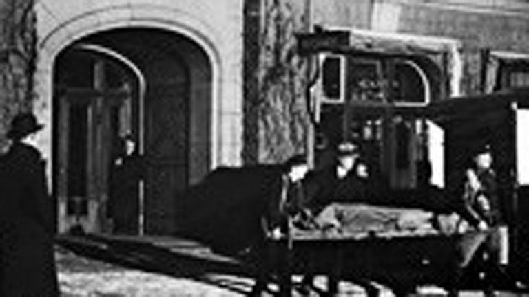 Från 2011. En serie dokudeckare, dramatiserade dokumentära berättelser om händelser i äldre svensk brottshistoria.