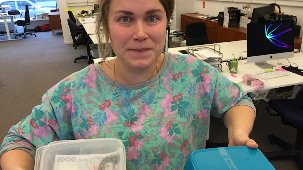 Karin med lådor. Foto: Lena Resborn