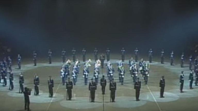 Tyska soldater uppträder.