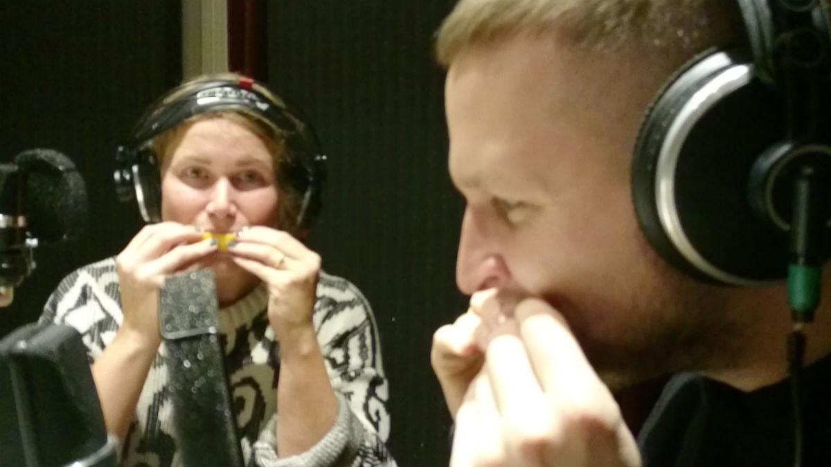 Karin och Nils äter citron. Foto: Jesper Rönndahl