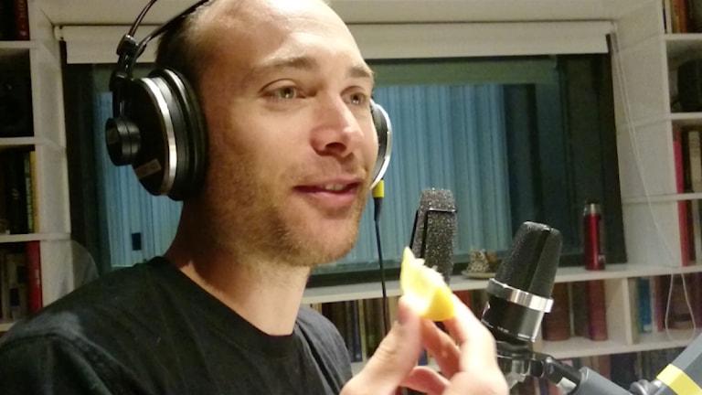 Jesper äter citron. Foto: Karin Gyllenklev