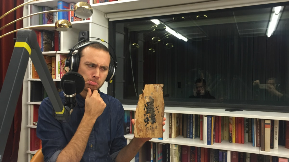 Jesper och en gigantisk bit bark som bär på ett hemligt meddelande. Foto: Karin Gyllenklev