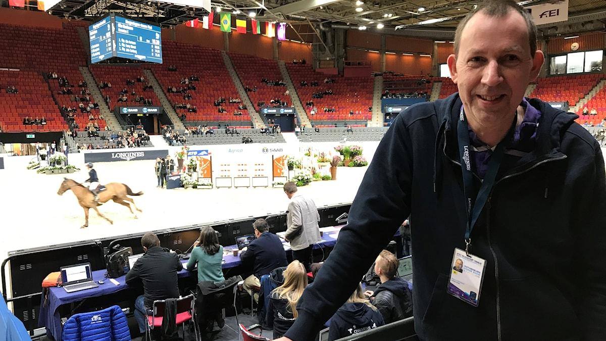 Magnus Karlsteen står framför ridbanan på Scandinavium