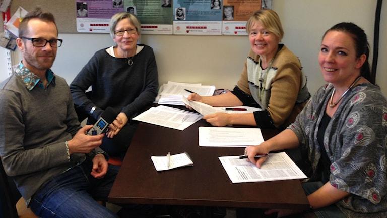 Reporter Lars Broström och genusforskarna på Uppsala universitet Anita Hussénius, Annica Gullberg och Jenny Westerstrand. Foto: Sveriges Radio.