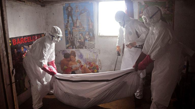 Eboladräkter i rum