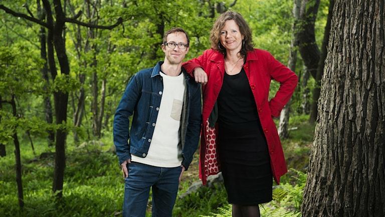 Björn Gunér och Lena Nordlund i en skog